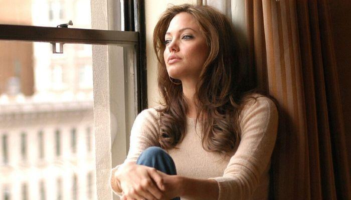 Одинокий человек, женщина. Сидит на окне, смотрит в даль