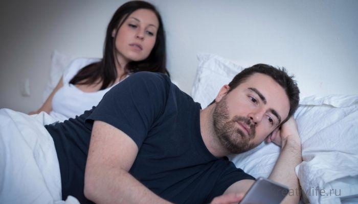 Муж изменяет жене. Сидит в телефоне с любовницей